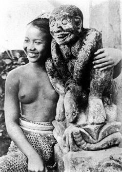 Zeitreise ins Indonesien der Kolonialzeit:  barbusige Frauen von Bali, Sumatra und Borneo bei der täglichen Arbeit 1